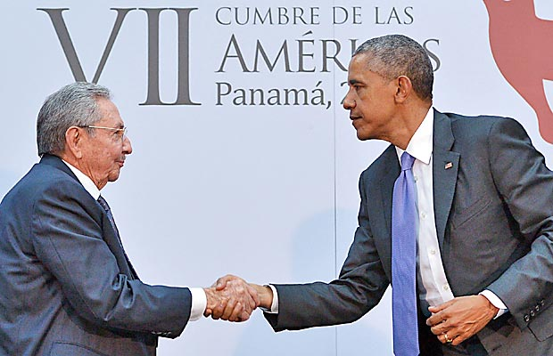 Raúl Castro (esq.) cumprimenta Barack Obama durante a Cúpula das AméricasUS President Barack Obama (R) shakes hands with Cuba's President Raul Castro during a meeting on the sidelines of the Summit of the Americas at the ATLAPA Convention center on April 11, 2015 in Panama City. AFP PHOTO/MANDEL NGAN ORG XMIT: MNN043