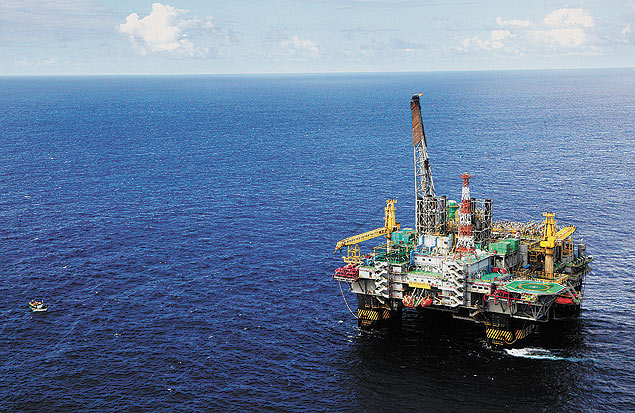 Plataforma P-51 da Petrobras, no campo de Marlin Sul, na bacia de Campos, Rio de Janeiro. ***Petroleo Brasileiro SA's P-51 oil platform stands in the Marlim Sul field, at the Campos Basin, about 150 kilometers off the coast of the state of Rio de Janeiro, Brazil, on Friday, July 15, 2011. Brazil's oil reserves, including recent discoveries in deep waters of the Atlantic Ocean, are of a similar size to those found in the North Sea, said an exploration official at Petroleo Brasileiro SA (Petrobras). Photographer: Rich Press/Bloomberg ***DIREITOS RESERVADOS. NÃO PUBLICAR SEM AUTORIZAÇÃO DO DETENTOR DOS DIREITOS AUTORAIS E DE IMAGEM*** *** FOTO EM ARTE E NÃO INDEXADA ***