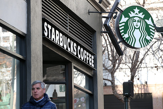 SAN FRANCISCO, CA - JANUARY 22: A pedestrian walks by a Starbucks Coffee shop on January 22, 2015 in San Francisco, California. Starbucks will report first quarter earnings January 22, after the close of the trading day. Justin Sullivan/Getty Images/AFP == FOR NEWSPAPERS, INTERNET, TELCOS & TELEVISION USE ONLY ==