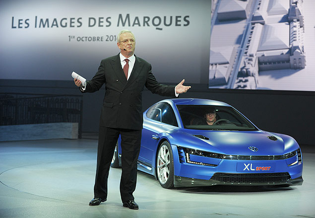 Volkswagen group Chairman of the Board Martin Winterkorn talks at the end of the Volkswagen Group Night show on October 1, 2-14 in Paris prior to the opening on October 2nd of the Paris Auto show 2014 Press days. AFP PHOTO/ ERIC PIERMONT ORG XMIT: EP1456