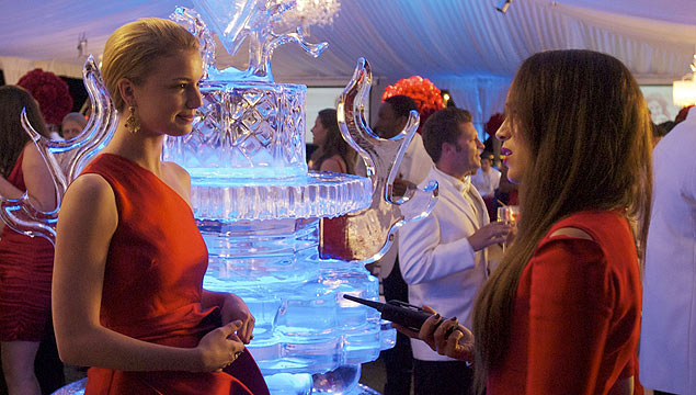 "As atrizes Emily Van Camp e Ashley Madekwe em cena do primeiro episódio de ""Revenge"""