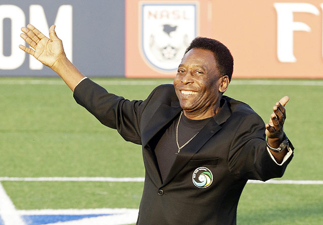Pelé no campo do New York Cosmos, em agosto; vida do craque será tema de filme