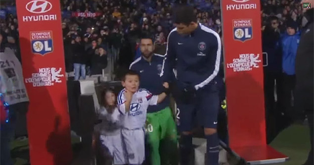 Thiago Silva gives his jacket to a cold mascot Lyon vs PSG - 2015