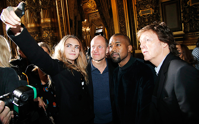 Selfie da modelo Cara Delevingne com o ator Woody Harrelson, e os parceiros musicais Kanye West and Paul McCartney