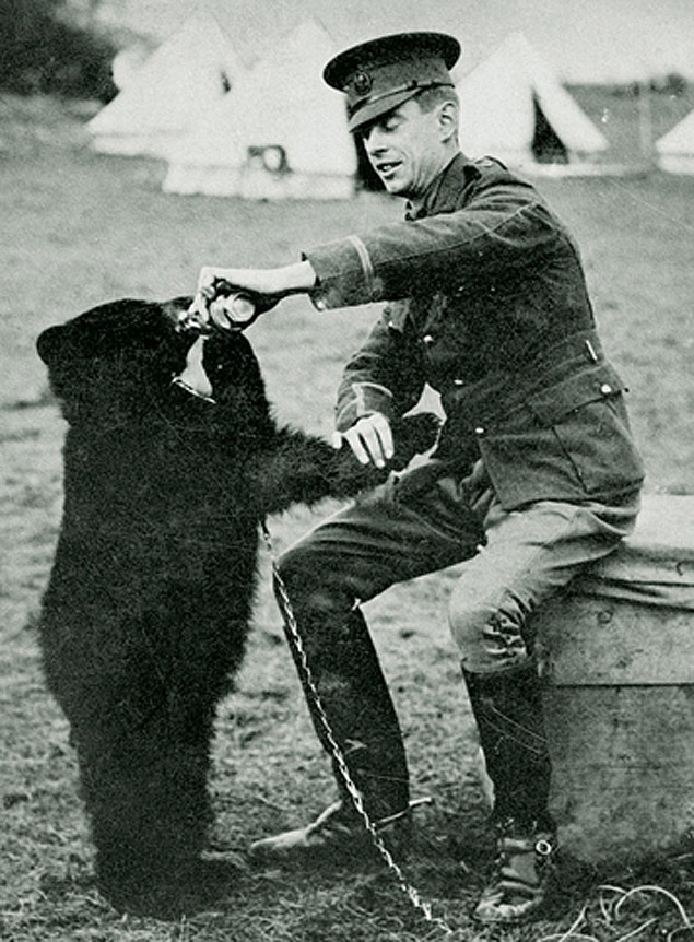 Livro revela que Ursinho Pooh é, na verdade, uma ursinha; na foto, Harry Colebourn e Winnie - https://en.wikipedia.org/wiki/Harry_Colebourn#/media/File:Harry_Colebourne_and_Winnie.jpg