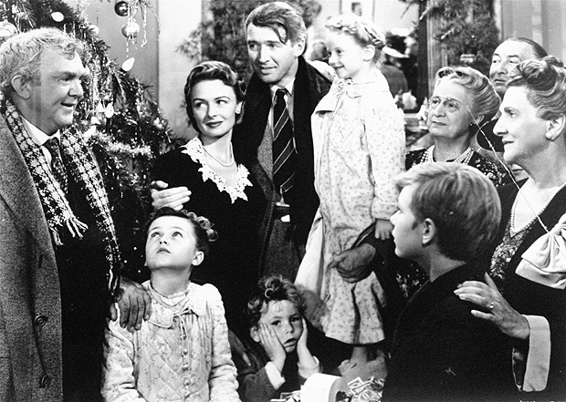 "Cinema: cena do filme ""A Felicidade Não Se Compra"", de Frank Capra. **FILE** In this undated publicity still photo, James Stewart, center, is reunited with his wife, Donna Reed, left, and children during the last scene of Frank Capra's 1946 classic, ""It's A Wonderful Life."" For its ninth annual celebration of cinema, the American Film Institute aims to uncover the ""most inspirational films of the century."" A list of 300 films deemed inspirational by AFI historians will be considered. Ballots went out this week to more than 1,500 actors, producers, writers and others in the industry. Among the suggestions are ""The Passion of the Christ,"" ""The Sound of Music,"" ""It's a Wonderful Life"" and ""8 Mile."" (AP Photo)"