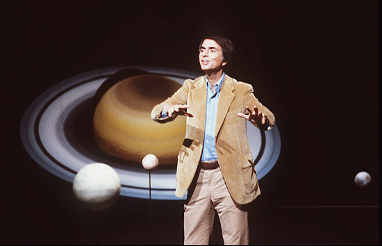 "Morte de Carl Sagan: o astrônomo durante gravação da série de TV ""Cosmos"". [FT-21.12.96] -Astronomer Carl Sagan, shown in this 1981 file photo, a gifted storyteller who extolled and explored the grandeur and mystery of the universe in lectures, books and an acclaimed TV series, died Friday Dec. 20, 1996 at age 62 after a two-year battle with bone marrow disease. Sagan died of pneumonia at the Fred Hutchinson Cancer Research Center in Seattle, where he had a bone-marrow transplant in April 1995, said center spokeswoman Susan Edmonds.[AP Photo/Files]"