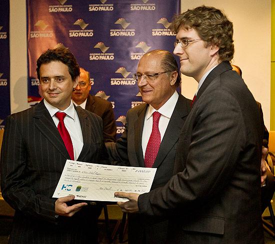 José Carvalheira (à esq.) e Guilherme Rocha, premiados ontem, com o governador Geraldo Alckmin