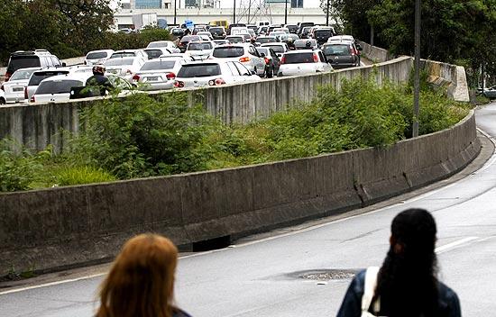 Pedestres caminham pela pista local da marginal Pinheiros, interditada desde a madrugada