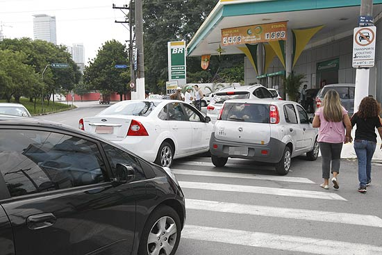 Fila de carros que esperam para encher o tanque em posto da zona oeste de São Paulo