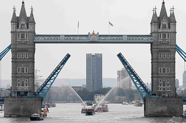 A flotilla sails down the River Thames to celebrate Queen Elizabeth becoming the longest-reigning British monarch, in London, Britain September 9, 2015. Queen Elizabeth who ascended the throne aged just 25 as her exhausted country struggled to recover from the ravages of World War Two, made history on Wednesday when she become Britain's longest-reigning monarch. REUTERS/Stefan Wermuth ORG XMIT: SWT07