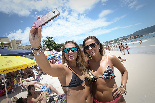 As argentinas Carolina Chinni (esq.) e Virginia Vinovo na Praia em Bombinhas (SC)