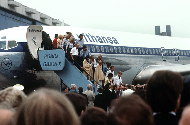 "*** ALTA*** Some of the liberated hostages, partly covered with sheets, leave the Lufthansa aircraft ""Cologne"" in Frankfurt am Main on the 18th of October in 1977 in Frankfurt am Main. The Lufthansa aircraft ""Landshut"" with more than 80 travellers on board was hijacked by four terrorists five days ago during the flight from Mallorca to Frankfurt. After an odyssee via Rome, Cyprus, Dubai and Aden, the hostages were liberated by the German elite unit GSG-9 in Mogadishu/Somalia. PHOTO HEINZ WIESELER / DPA / AFP ***DIREITOS RESERVADOS. N�O PUBLICAR SEM AUTORIZA��O DO DETENTOR DOS DIREITOS AUTORAIS E DE IMAGEM***"