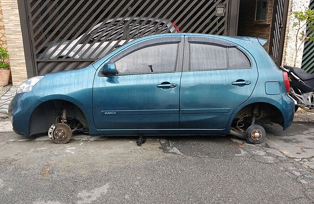 Tânia Stocco, a civil servant, saw that her car was literally on the ground - without its four wheels
