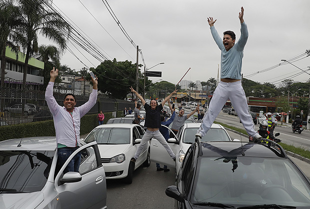 Uber drivers and of other ride-sharing apps, protest against proposed regulation of those services by the Brazilian Senate, in Sao Paulo, Brazil, Monday, Oct. 30, 2017. (AP Photo/Andre Penner) ORG XMIT: XAP102