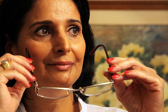 A secretária Nadime Antum, que aposentou os óculos, em sua casa em Curitiba