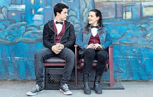 "Clay (Dylan Minnette) e Hannah (Katherine Langford) s�o amigos na s�rie ""13 Reasons Why"""