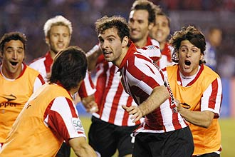 Estudiantes LP's Mauro Boselli (C) celebrates with teammates after scoring their second goal against Cruzeiro in their Copa Libertadores final, second leg soccer match in Belo Horizonte July 15, 2009. REUTERS/Washington Alves (BRAZIL SPORT SOCCER)