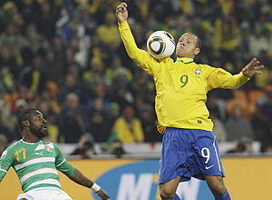 Brazil's Luis Fabiano (R) controls the ball before scoring his  second goal during their 2010 World Cup Group G soccer match against  Ivory Coast at Soccer City stadium in Johannesburg June 20, 2010.  REUTERS/Paulo Whitaker (SOUTH AFRICA - Tags: SPORT SOCCER WORLD CUP)