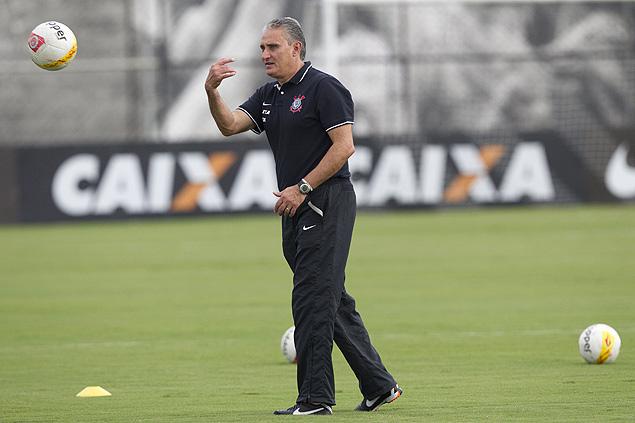Tite durante treinamento do Corinthians no CT Joaquim Grava
