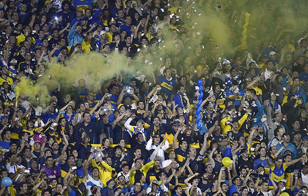 """Supporters of Argentina's Boca Juniors cheer for their team during the Copa Libertadores 2013 football match against Brazil's Corinthians at """"La Bombonera"""" stadium in Buenos Aires, Argentina, on May 1, 2013. AFP PHOTO / Juan Mabromata ORG XMIT: MAB335"""