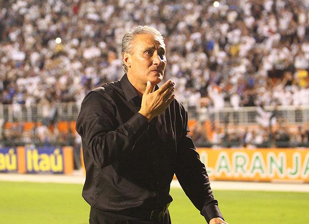 O t�cnico Tite, do Corinthians, emocionado durante sua despedida do Pacaembu