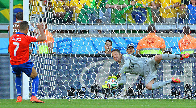 . Belo Horizonte (Brazil), 28/06/2014.- Brazil's goalkeeper Julio Cesar (R) saves the penalty from Chile's Alexis Sanchez (L) during the penalty shootout of the FIFA World Cup 2014 round of 16 match between Brazil and Chile at the Estadio Mineirao in Belo Horizonte, Brazil, 28 June 2014. Brazil won 3-2 on penalties. (RESTRICTIONS APPLY: Editorial Use Only, not used in association with any commercial entity - Images must not be used in any form of alert service or push service of any kind including via mobile alert services, downloads to mobile devices or MMS messaging - Images must appear as still images and must not emulate match action video footage - No alteration is made to, and no text or image is superimposed over, any published image which: (a) intentionally obscures or removes a sponsor identification image; or (b) adds or overlays the commercial identification of any third party which is not officially associated with the FIFA World Cup) (Brasil, Mundial de F�tbol) EFE/EPA/PETER POWELL EDITORIAL USE ONLY