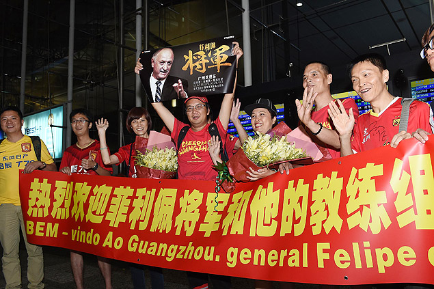(150611) -- GUANGZHOU, June 11, 2015 (Xinhua) -- Supporters hold posters and banners at Baiyun International Airport as Guangzhou Evergrande's new head coach Luiz Felipe Scolari arrives, in Guangzhou, capital of south China's Guangdong Province, on June 11, 2015. (Xinhua/Liu Dawei)