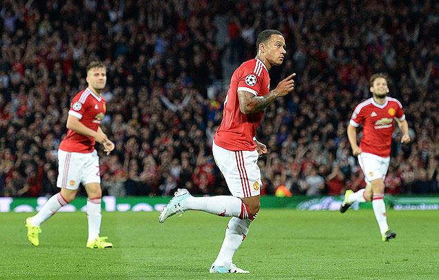 Manchester United's Dutch midfielder Memphis Depay (C) celebrates after scoring his team's second goal during the UEFA Champions League play off football match between Manchester United and Club Brugge at Old Trafford in Manchester, north west England, on August 18, 2015. AFP PHOTO / OLI SCARFF ORG XMIT: 4547