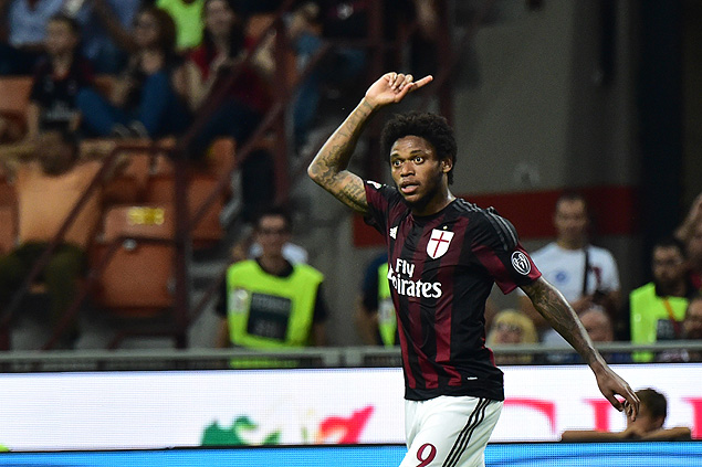 AC Milan's forward from Brazil Luiz Adriano celebrates after scoring a goal during the Italian Serie A football match between AC Milan and Empoli at San Siro Stadium in Milan on August 29, 2015. AFP PHOTO / GIUSEPPE CACACE ORG XMIT: CAC1806