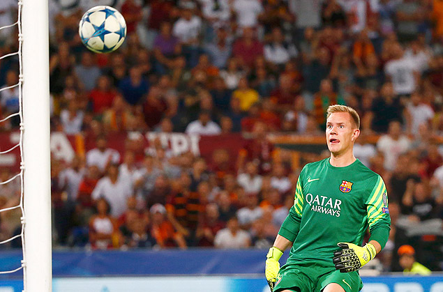 AS Roma's Alessandro Florenzi (unseen) shoot and score as Barcelona's goalkeeper Marc-Andre ter Stegen looks on during their Champions League Group E stage match at the Olympic stadium in Rome, Italy , September 16, 2015. REUTERS/Tony Gentile ORG XMIT: SRE136