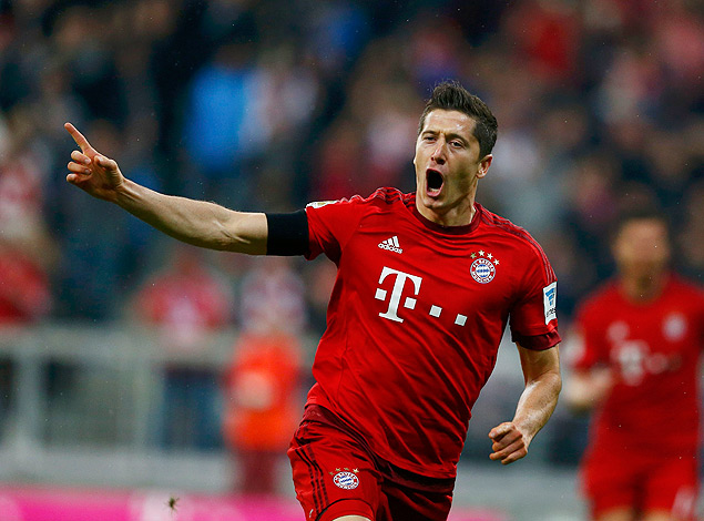 Bayern Munich's Robert Lewandowski reacts after scoring a goal during their German first division Bundesliga soccer match against Wolfsburg in Munich, September 22, 2015. REUTERS/Michael Dalder TPX IMAGES OF THE DAY DFL RULES TO LIMIT THE ONLINE USAGE DURING MATCH TIME TO 15 PICTURES PER GAME. IMAGE SEQUENCES TO SIMULATE VIDEO IS NOT ALLOWED AT ANY TIME. FOR FURTHER QUERIES PLEASE CONTACT DFL DIRECTLY AT + 49 69 650050. ORG XMIT: DOM35