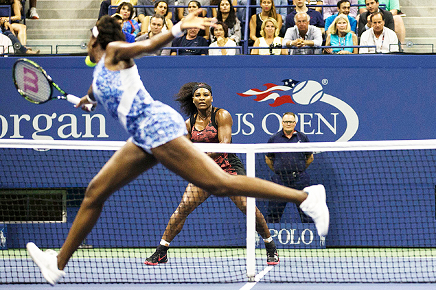 As irm�s Serena (de frente) Venus Williams jogam as quartas de final no Aberto dos EUA deste ano