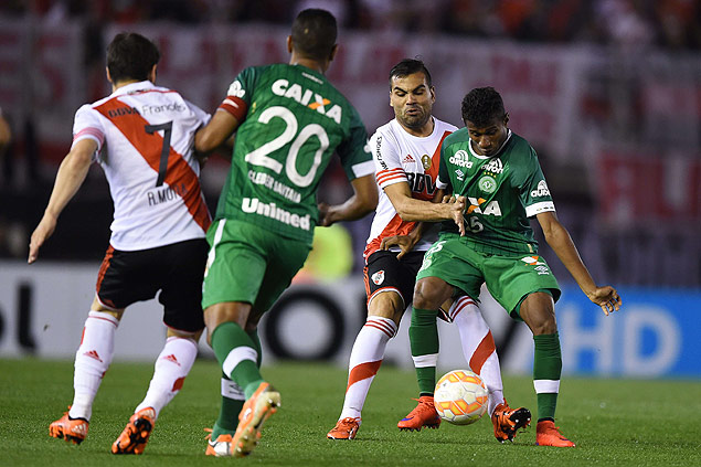 Argentina's River Plate defender Gabriel Mercado (2-R) vies for the ball with Brazil's Chapecoense forward Maranhao (R) during the Copa Sudamericana 2015 quarterfinals first leg football match at the Monumental stadium in Buenos Aires, Argentina, on October 21, 2015. AFP PHOTO / Eitan Abramovich ORG XMIT: EAS270