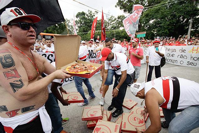 Torcida organizada do São Paulo faz protesto com pizzas em frente o Estádio do Morumbi