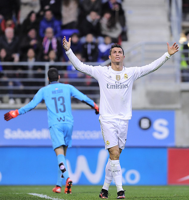 Real Madrid's Portuguese forward Cristiano Ronaldo (R) gestures during the Spanish league football match SD Eibar vs Real Madrid CF at the Ipurua stadium in Eibar on November 29, 2015. AFP PHOTO/ ANDER GILLENEA ORG XMIT: AG10961