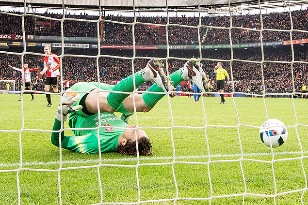 35100283. Rotterdam (Netherlands), 22/11/2015.- Keeper Joel Drommel of FC Twente is defeated during the Dutch Eredivisie soccer match between Feyenoord and FC Twente in Rotterdam, The Netherlands on 22 November 2015. (Países Bajos; Holanda) EFE/EPA/Kay int Veen ORG XMIT: 35100283