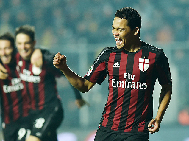 AC Milan's forward from Colombia Carlos Bacca celebrates after scoring during the Italian Serie A football match Frosinone vs Ac Milan on December 20, 2015 at Matusa stadium in Frosinone. AFP PHOTO / ALBERTO PIZZOLI ORG XMIT: APZ3690