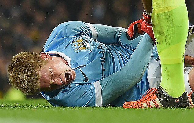 Manchester City's Belgian midfielder Kevin De Bruyne (L) reacts as he talks with Everton's Spanish goalkeeper Joel Robles before being stretchered off during the English League Cup semi-final second leg football match between Manchester City and Everton the Etihad Stadium in Manchester, north west England, on January 27, 2016. / AFP / Paul Ellis / RESTRICTED TO EDITORIAL USE. No use with unauthorized audio, video, data, fixture lists, club/league logos or 'live' services. Online in-match use limited to 75 images, no video emulation. No use in betting, games or single club/league/player publications. /