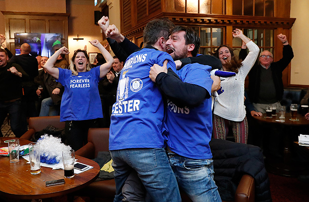Britain Football Soccer - Leicester City fans watch the Chelsea v Tottenham Hotspur game in pub in Leicester - 2/5/16 Leicester City fans celebrate Chelsea's second goal Reuters / Eddie Keogh Livepic ORG XMIT: UKYhNO
