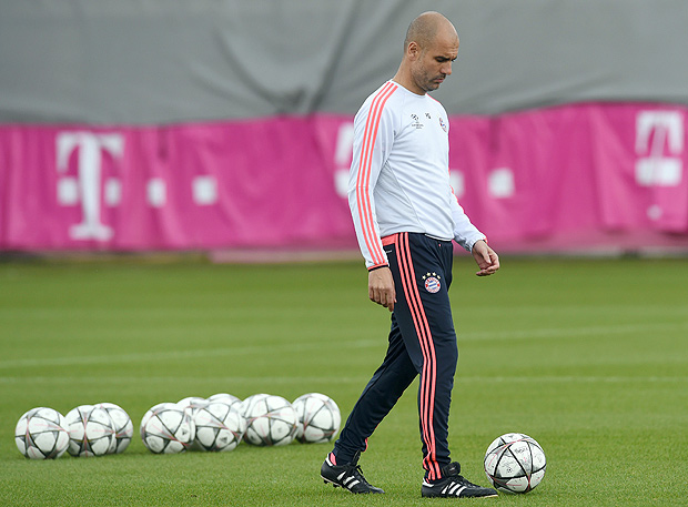 Bayern Munich's Spanish headcoach Pep Guardiola controls the ball during the final team training session one day prior to the Champions League semi-final, second-leg football match between Bayern Munich and Atletico Madrid at the club trainings area in Munich, southern Germany, on May 2, 2016. / AFP PHOTO / CHRISTOF STACHE ORG XMIT: CST020
