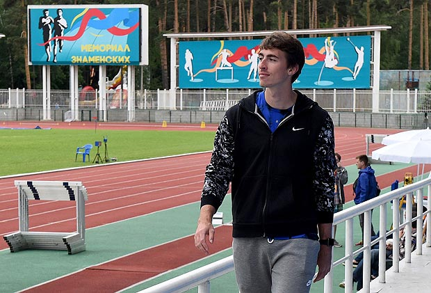 A picture taken on June 5, 2016 shows Russia's hurdler Sergey Shubenkov taking part in a track meet in Zhukovsky, outside Moscow. World athletics governing body IAAF will meet on June 17, 2016 to decide if Russia, suspended in November over a report on state-sponsored doping, will be allowed the compete at the Rio Olympics. If the IAAF rules to uphold Russia's suspension, some key track and field stars will miss the Games. / AFP PHOTO / VASILY MAXIMOV