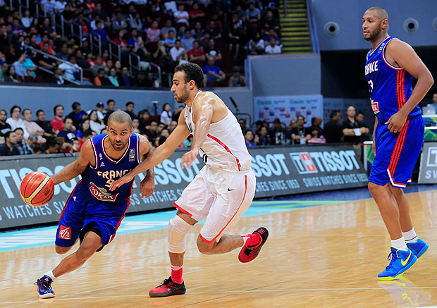 Basketball - FIBA Olympic Qualifying Tournament (OQT) - France v Canada - Manila, Philippines - 10/07/2016. Tony Parker (L) and Boris Diaw of France with Philip Scrubb of Canada in action. REUTERS/Romeo Ranoco ORG XMIT: RVR03