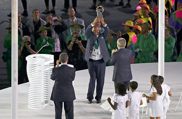 2016 Rio Olympics - Opening ceremony - Maracana - Rio de Janeiro, Brazil - 05/08/2016. Kipchoge Keino (KEN), chairman of the Kenyan Olympic Committee, is awarded the new Olympic Laurel award. REUTERS/Mike Blake FOR EDITORIAL USE ONLY. NOT FOR SALE FOR MARKETING OR ADVERTISING CAMPAIGNS. ORG XMIT: KAT92