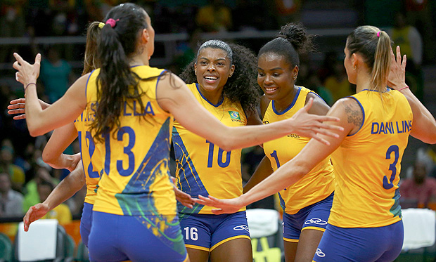 2016 Rio Olympics - Volleyball - Women's Preliminary - Pool A Brazil v Argentina - Maracanazinho - Rio de Janeiro, Brazil - 08/08/2016. Fernanda Rodrigues (BRA) of Brazil (C) celebrates a point with team mates. REUTERS/Marcelo del Pozo FOR EDITORIAL USE ONLY. NOT FOR SALE FOR MARKETING OR ADVERTISING CAMPAIGNS. ORG XMIT: DBA153