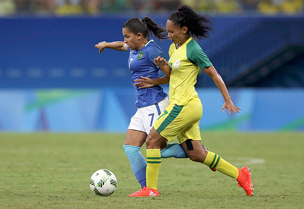 2016 Rio Olympics - Soccer - Preliminary - Women's First Round - Group E South Africa v Brazil - Amazonia Stadium - Manaus, Brazil - 09/08/2016. Debinha (BRA) of Brazil in action with Leandra Smeda (RSA) of South Africa. REUTERS/Bruno Kelly FOR EDITORIAL USE ONLY. NOT FOR SALE FOR MARKETING OR ADVERTISING CAMPAIGNS. ORG XMIT: JKP1