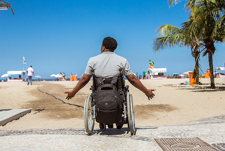*Folha* followed wheelchair-user Ubirajara Carvalho, 46, as they toured around the city.