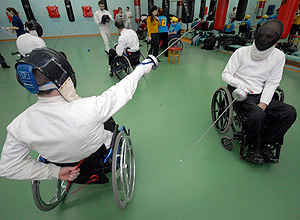 Cadeirantes praticam esgrima em centro de treinamento na cidade de Vladivostok (Rússia), onde o governo tenta popularizar os esportes paraolímpicos. *** Disabled men take part in a wheelchair fencing training session in Russia's far eastern city of Vladivostok March 11, 2011. The Kovcheg (Ark) organisation, which supports disabled people, and local authorities held a series of sporting events to popularise Paralympic sports. REUTERS/Yuri Maltsev (RUSSIA - Tags: SPORT HEALTH FENCING OLYMPICS)