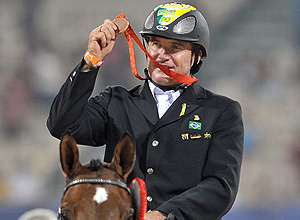 ORG XMIT: 494201_1.tif Paraolimpíada de Pequim (China), 2008 - Hipismo: o ginete brasileiro Marcos Alves exibe medalha de bronze conquistada na categoria estilo livre individual, grau IB, em Hong Kong (China). Brazilian Marcos Alves displays his bronze medal after the Individual Freestyle Test Grade Ib during the 2008 Beijing Paralympic Games Equestrian event in Hong Kong on September 11, 2008. Lee Pearson of Britain took Gold in the event, with compatriot Ricky Balshaw winning Silver and Brazilian Marcos Alves taking the Bronze. AFP PHOTO/MIKE CLARKE