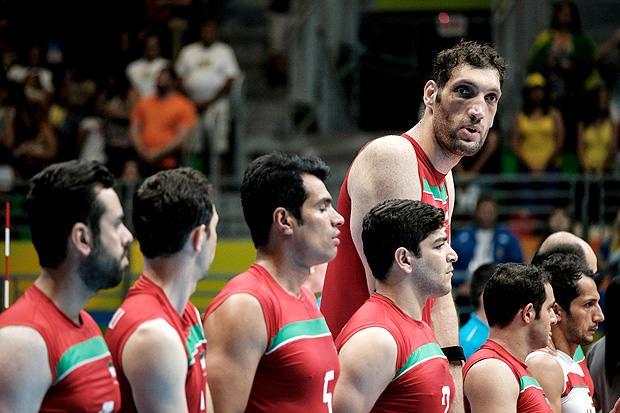 Iran's tallest sitting volleyball player Morteza Mehrzadselakjani stands with teammates before a preliminary match agasint Ukraine in the Paralympic Games at Riocentro in Rio de Janeiro on September 14, 2016. / AFP PHOTO / YASUYOSHI CHIBA